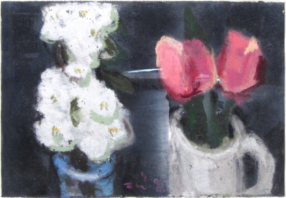 Kirschzweig und Tulpen in Vasen