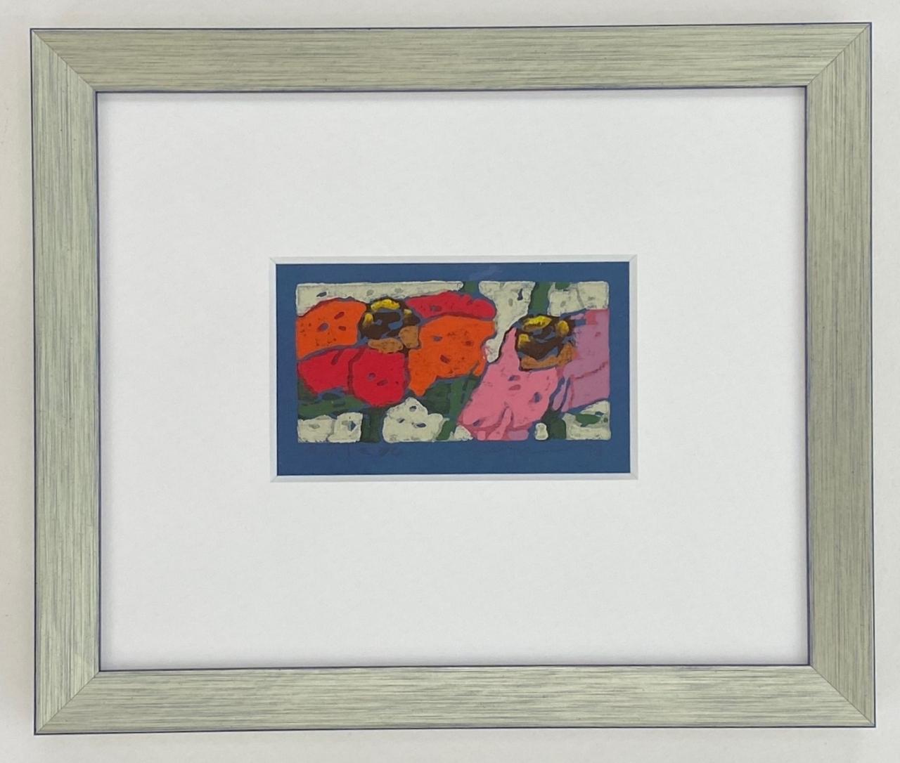 Rosen rot-lila, 2021 auf blauem Papier, gerahmt