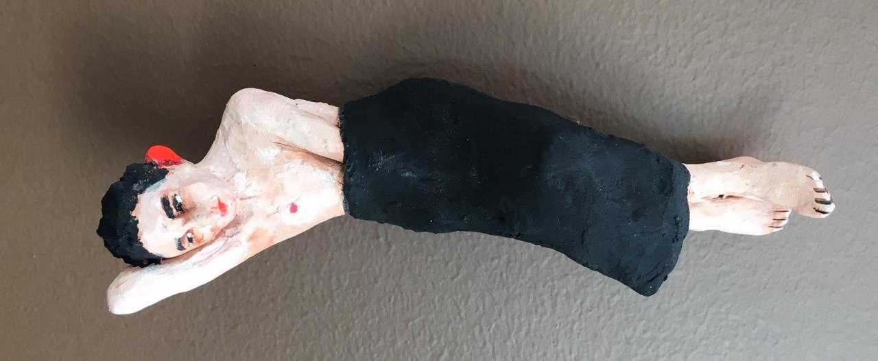 Mann mit Hand im Rock