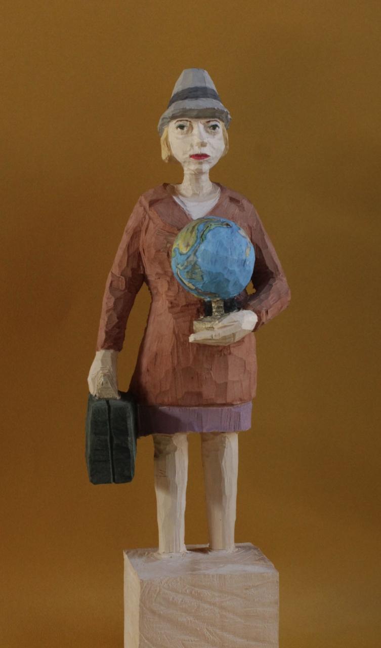 Edekafrau (1001) mit Globus