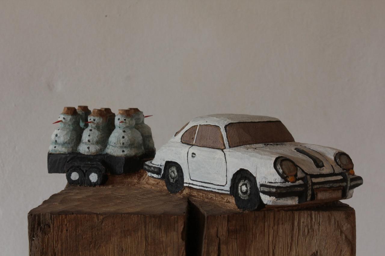 Porsche mit Schneemännern